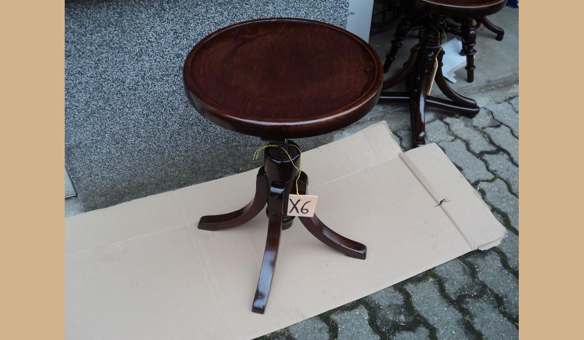 Sgabello thonet restaurato con piano in legno regolabile in