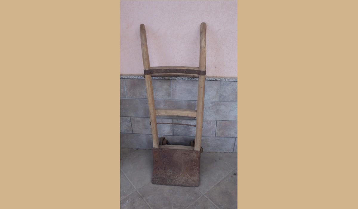 cariola antica di legno con ruote in ferro che si lavorava ...